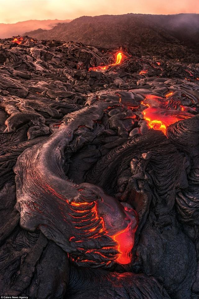 Dù đây là lần đầu tiên nhiếp ảnh gia Mike Mezeul đi chụp ảnh núi lửa, nhưng vận may đã sớm mỉm cười với anh. Với thành công từ chuyến đi lần này, Mike Mezeul cho biết anh sẽ còn tiếp tục theo đuổi đề tài nhiếp ảnh xoay quanh những ngọn núi lửa.