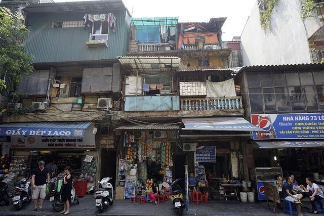 Hình dáng bên ngoài của khu nhà mặt tiền trên phố phố Lò Sũ.