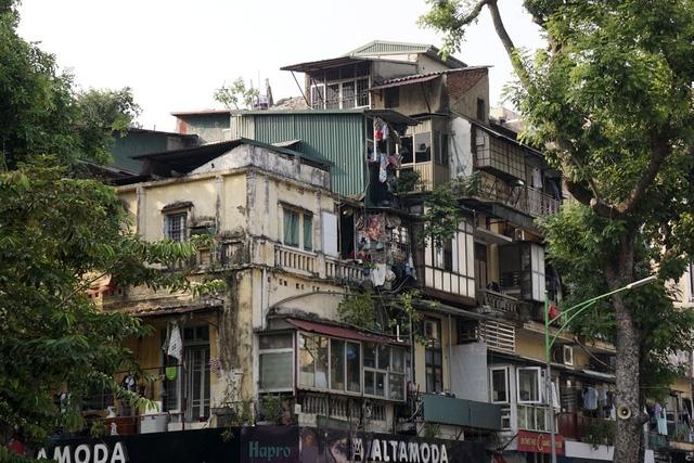 Vô số phần cơi nới tạm bợ bám vào phía trên cốt nhà lâu đời mặt phố Huế.