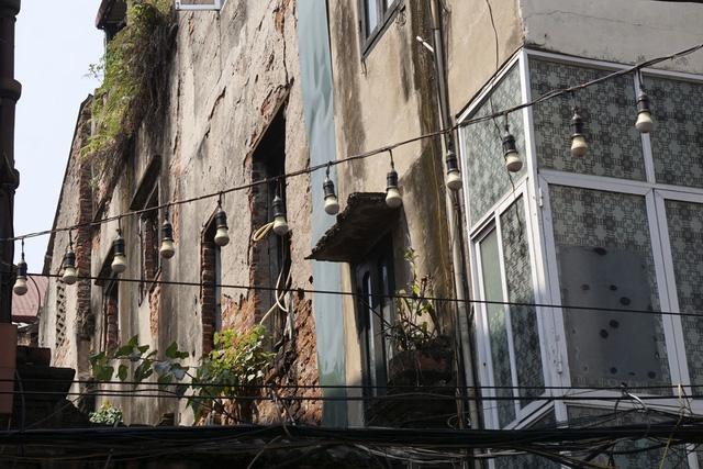 Tầng 2 một ngôi nhà cổ hư hỏng nặng phố Hàng Giầy.