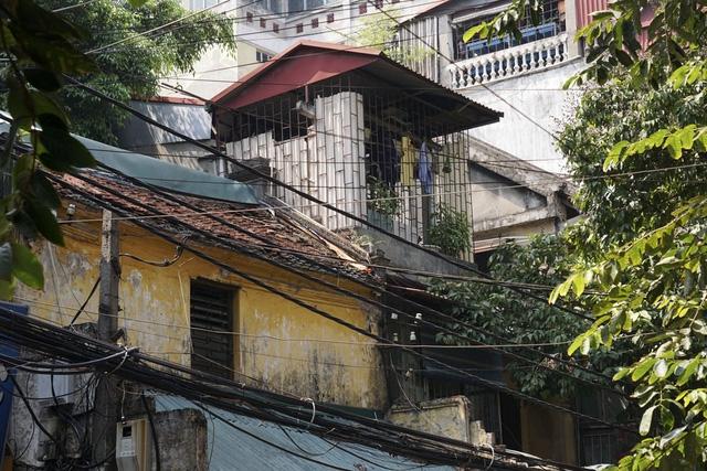 Một căn chòi nhô lên từ mái của một ngôi nhà cổ phố Hàng Bạc.