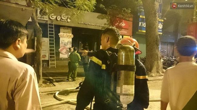 Hà Nội: Cháy quán thịt nướng GoGi House, nhiều người hoảng hốt tháo chạy - Ảnh 4.