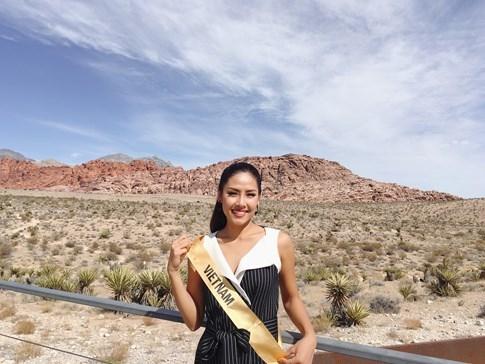 Hoa hậu Venezuala nhón chân để cao hơn Nguyễn Thị Loan - ảnh 2