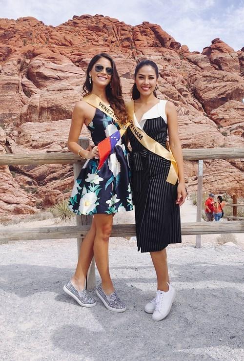 Hoa hậu Venezuala nhón chân để cao hơn Nguyễn Thị Loan - ảnh 4