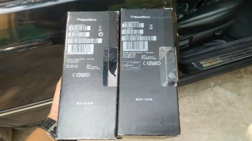 Tem niêm phong xịn của BlackBerry khi bóc ra có bảy màu, một cách để nhận biết loại hàng đã được mông má lại.