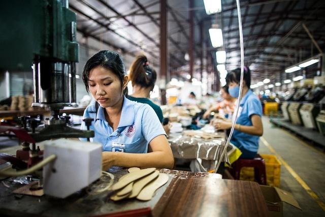 Mỗi người Việt phải gánh hơn 1.300 USD nợ công (Ảnh: Aaron Joel Santos)