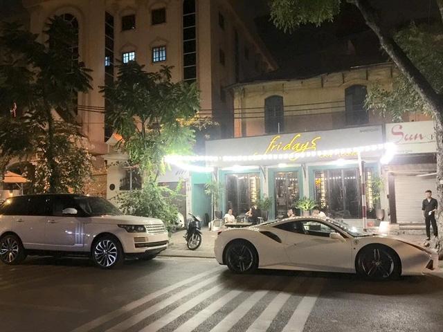 Sánh đôi cùng chiếc Range Rover.