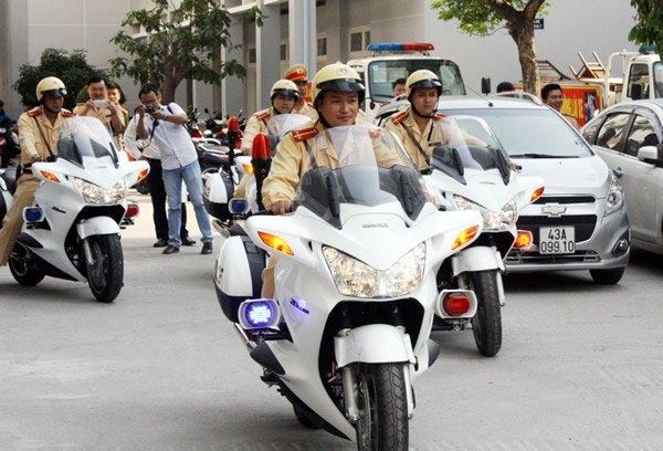 Gạt tay trúng má, Cảnh sát giao thông, An ninh sân bay, Thái Lan, Đà Nẵng