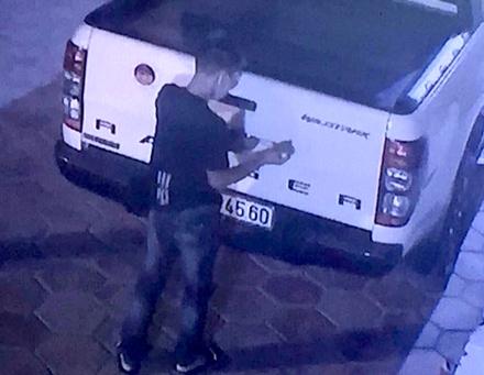 Mai Văn Thanh đang tiến hành bóc trộm logo của một chiếc xe ô tô và bị camera ghi hình.