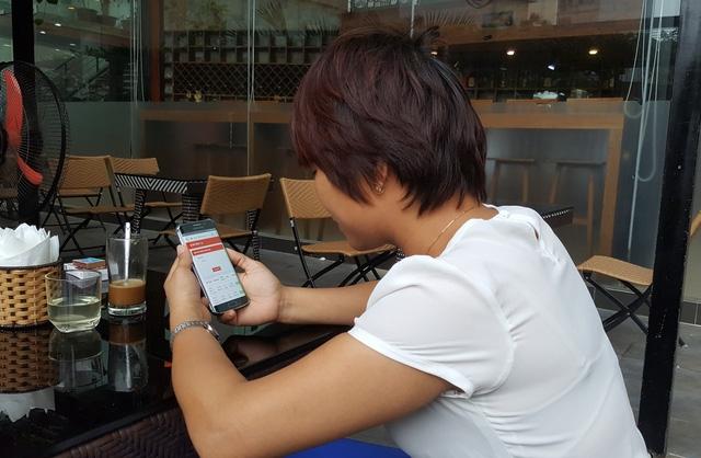 Chị L.V.A (33 tuổi, trú quận Thanh Xuân, Hà Nội) lo lắng vì không thể thu hồi lại vốn sau khi tham gia sàn giao dịch tiền ảo Bitcoin. Ảnh: Cao Tuân