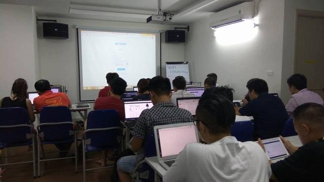 Người chơi sàn giao dịch tiền ảo họp nhóm tối 12/10 tại Hà Nội.