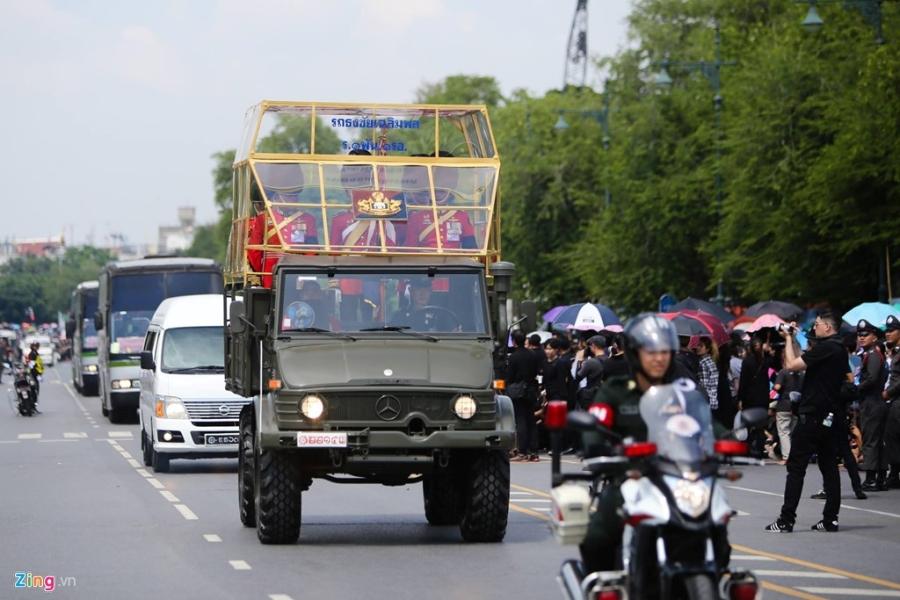 Doan xe cho linh cuu quoc vuong Thai Lan ve toi Hoang cung hinh anh 1