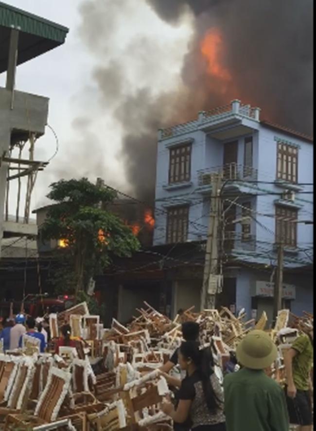 Hà Nội: Cháy lớn tại xưởng sản xuất hàng nội thất - Ảnh 2.