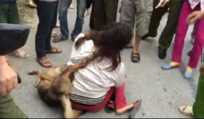 Hàng chục người dân vây đòi đánh nữ cẩu tặc, bắt đeo con chó bắt trộm vào cổ - Ảnh 1.