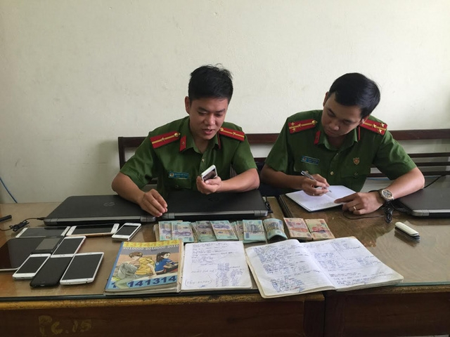 Các trinh sát đội phòng chống tội phạm sử dụng công nghệ cao công an tỉnh Bắc Ninh kiểm tra tang vật vụ án