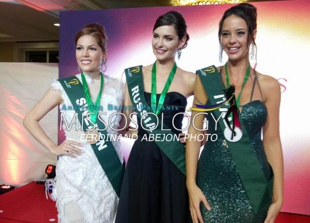 Từ trái sang: Hoa hậu Thụy Điển, Hoa hậu Nga, Hoa hậu Ý là ba người đẹp đạt kết quả cao nhất trong phần thi trang phục dạ hội.
