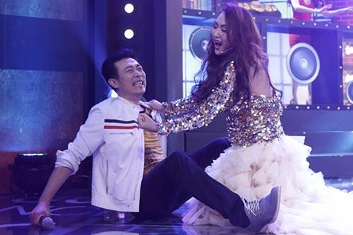 Diễn viên Vân Sơn (trái) thay Trấn Thành làm MC trong tập mới.