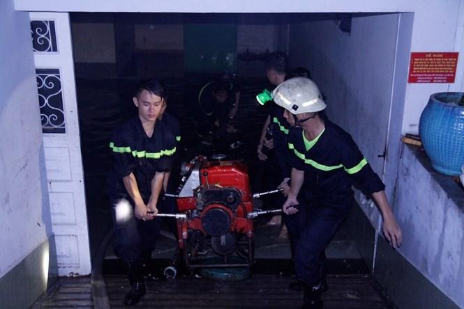 Cảnh sát PCCC Q.Bình Thạnh tham gia cứu hộ các tầng hầm bị ngập trên đường Phan Xích Long vào đêm 26.9 /// Ảnh: Phạm Hữu