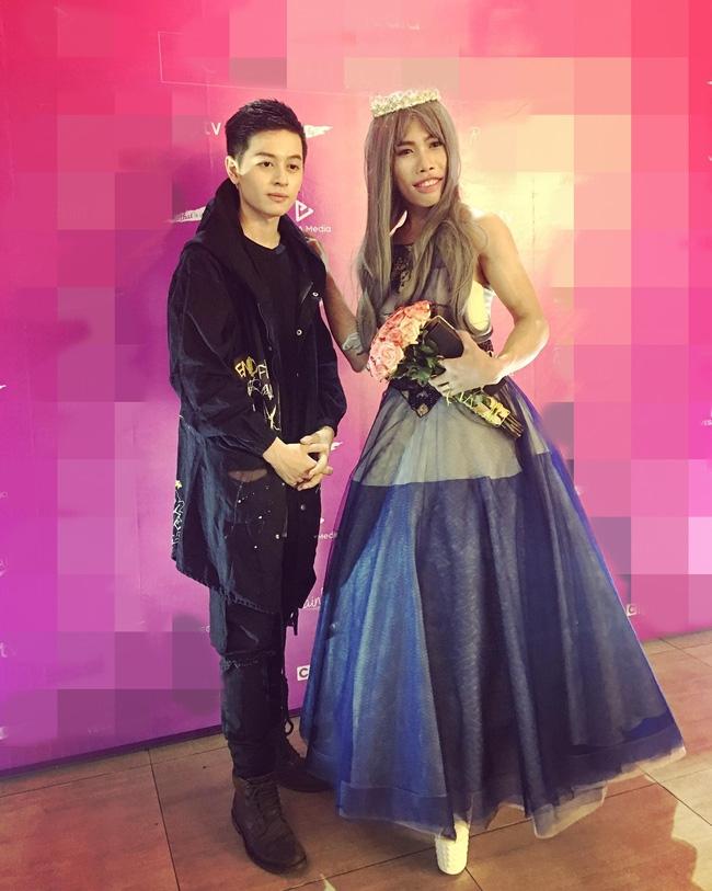 Tùng Sơn mặc váy, đội vương miện cùng bạn trai soái ca đi dự sự kiện - Ảnh 1.