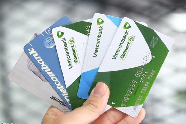 Image result for Vietcombank khóa thẻ ATM để bảo vệ chủ thẻ