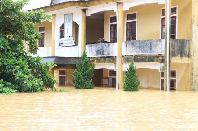 Tầng 2 trường học ở thành nơi tránh trú cho các hộ dân và cho trâu bò