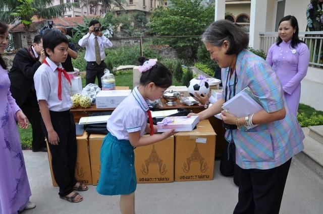 Hình ảnh Công chúa Sirindhorn tại Việt Nam.
