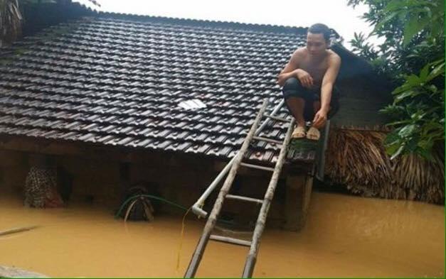 Chùm ảnh: Những hình ảnh nhói lòng về mưa lũ kinh hoàng ở miền Trung - Ảnh 4.
