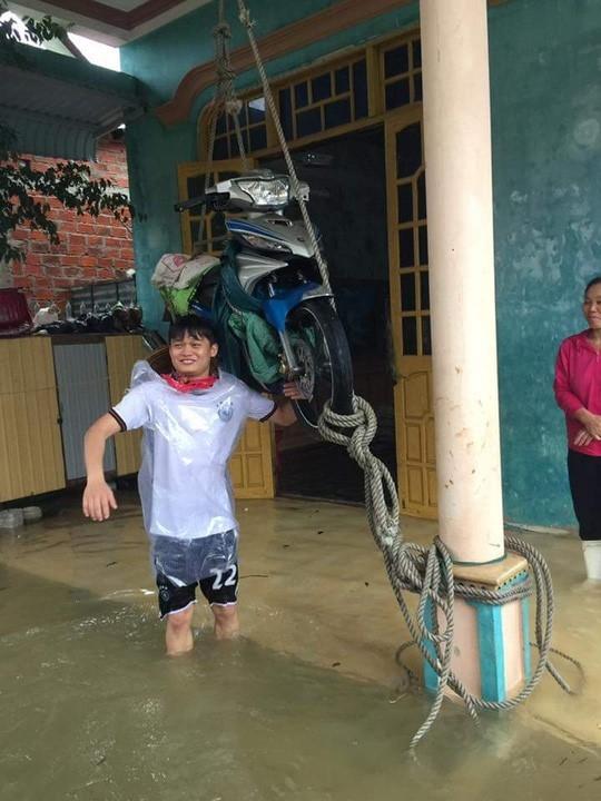 Chùm ảnh: Những hình ảnh nhói lòng về mưa lũ kinh hoàng ở miền Trung - Ảnh 7.