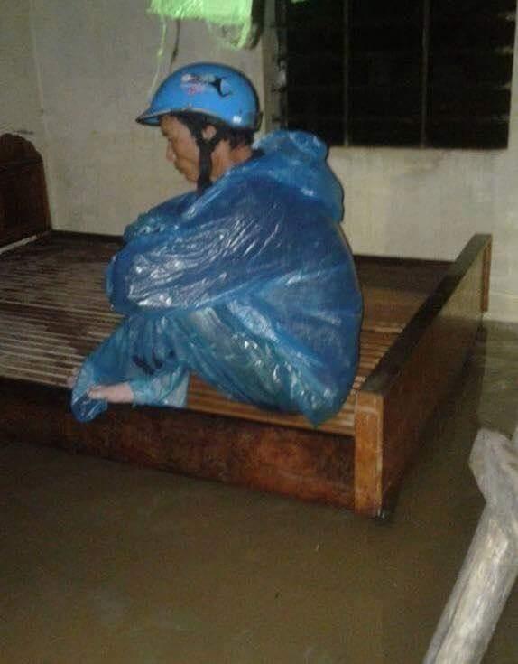Chùm ảnh: Những hình ảnh nhói lòng về mưa lũ kinh hoàng ở miền Trung - Ảnh 8.