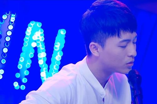 Trong phim, nhân vật của Harry Lu vừa đàn vừa hát để nói lên tình cảm của mình.