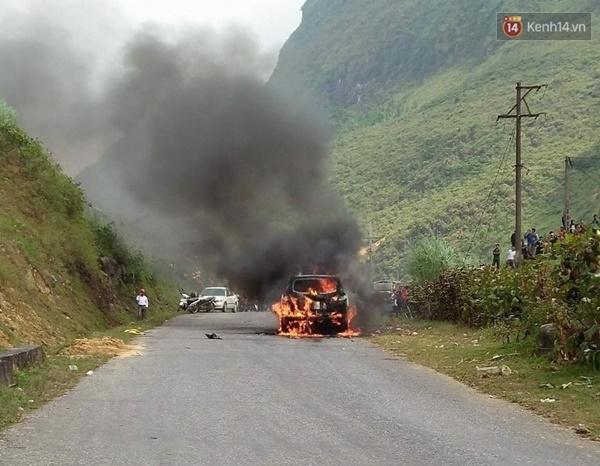 Ô tô cháy ngùn ngụt trên đường đi lễ hội Hoa tam giác mạch ở Đồng Văn - Ảnh 1.