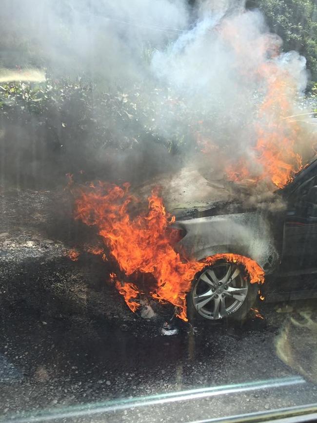 Ô tô cháy ngùn ngụt trên đường đi lễ hội Hoa tam giác mạch ở Đồng Văn - Ảnh 2.