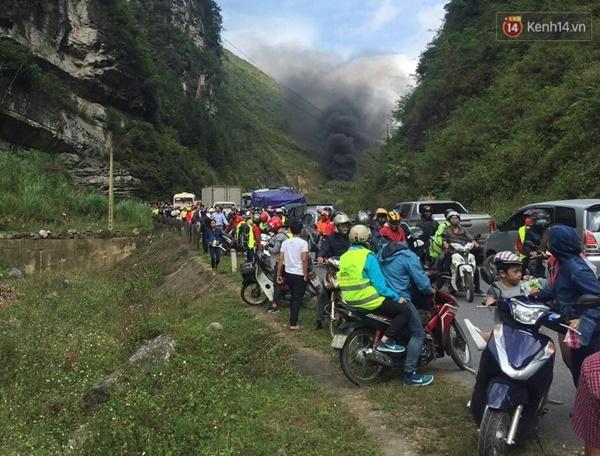 Ô tô cháy ngùn ngụt trên đường đi lễ hội Hoa tam giác mạch ở Đồng Văn - Ảnh 3.