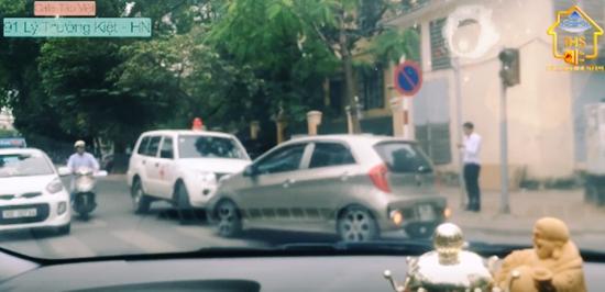 Tài xế ô tô kiên quyết chặn đầu xe cứu thương lấn làn trên phố Hà Nội - Ảnh 2.