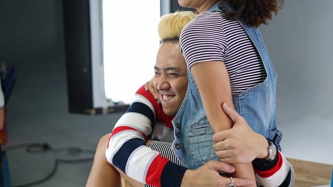 Trấn Thành ôm Hoàng Yến Chibi cứng ngắt, vô tư tình tứ trong hậu trường chụp ảnh - Ảnh 6.