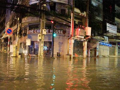 Mưa đêm, nước ngập bủa vây quận 1