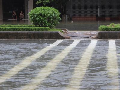 Quốc lộ ngập úng, dân phá dải phân cách khơi thông