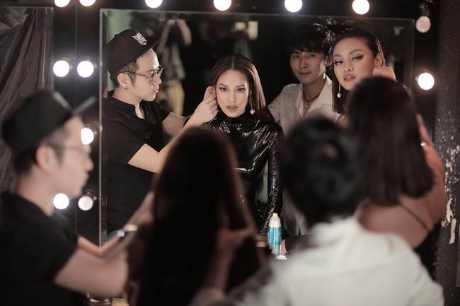 Hoa hậu Mỹ Linh chen chúc cùng Phạm Hương, Lan Khuê trên poster show diễn Chung Thanh Phong - Ảnh 7.