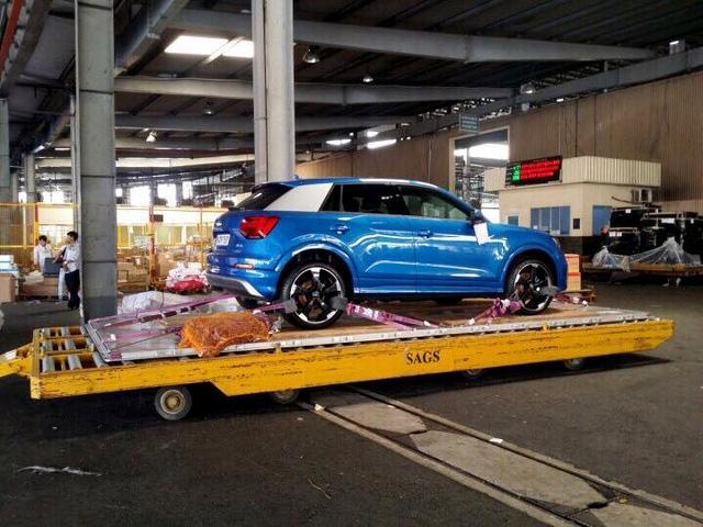 Chiếc xe Audi Q2 tại cảng hàng không Quốc tế Tân Sơn Nhất.