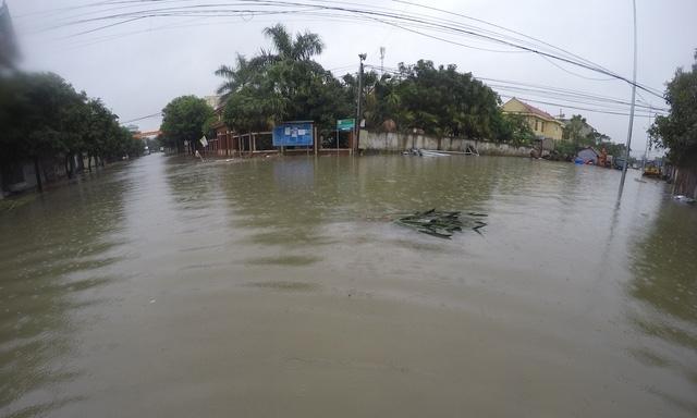 Đến chiều 15/10, nước vẫn ngập sâu tại khu đô thị mới Vinh Tân.