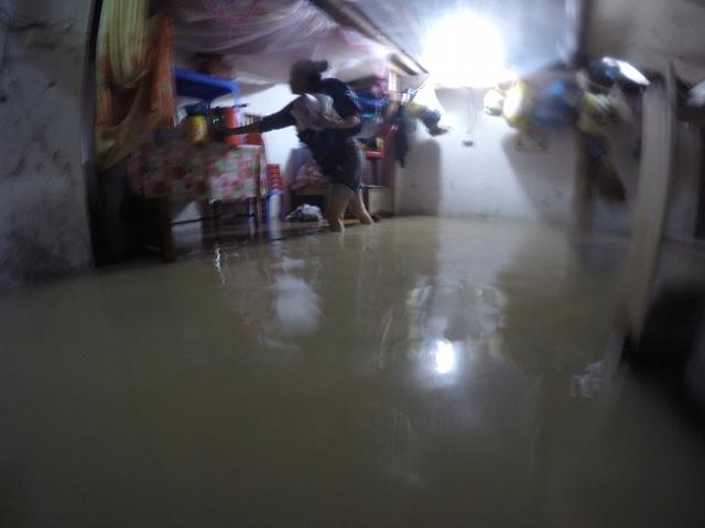 Nhà dân ở xóm Thái Lan - khu vực sông Cửa Tiền ngập trong biển nước.