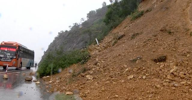 Mưa đã làm đoạn đường quốc lộ 46 đi qua rú Nguộc sạt lở một lượng đất đá khoảng 100m3 gây cản trở cho người và phương tiện giao thông qua lại.