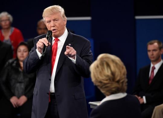 Ông Trump và bà Clinton tại một cuộc tranh luận. Ảnh: AP