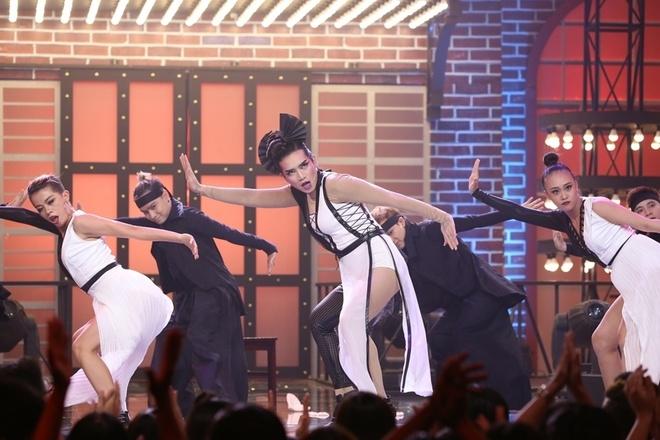 Phi Thanh Vân 'hành hạ' Vân Sơn trên sân khấu