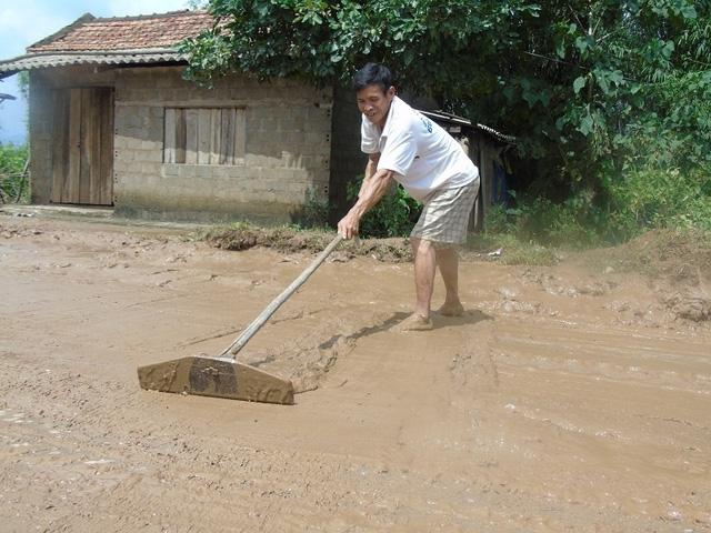 Nhiều con đường bị bùn đất phủ lấp sau cơn lũ