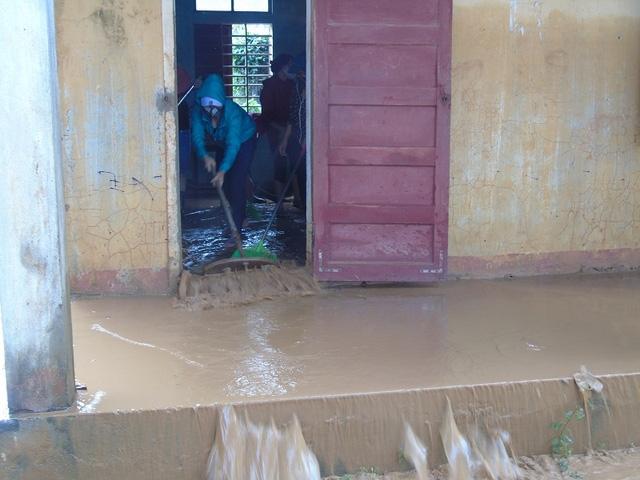 Một lượng bùn đất lớn đọng lại tại các phòng học của Trường THCS Sơn Trạch, huyện Bố Trạch, tỉnh Quảng Bình.