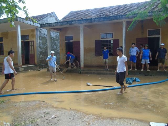Sáng nay, 16/10 các giáo viên và học sinh Trường THCS Sơn Trạch bắt đầu công việc dọn rửa bùn đất tại các phòng học.