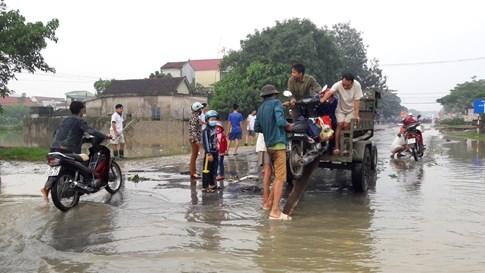Quốc lộ 7 ở Nghệ An ngập sâu, giao thông tê liệt  - ảnh 4