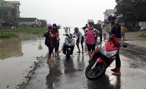 Quốc lộ 7 ở Nghệ An ngập sâu, giao thông tê liệt  - ảnh 5