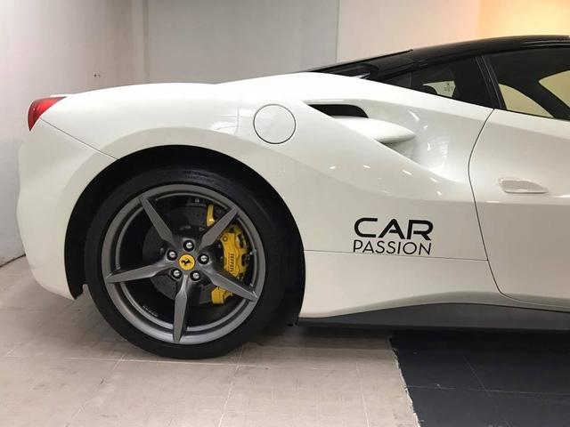 Ferrari 488 GTB với dòng chữ Car & Passion bên hông xe.